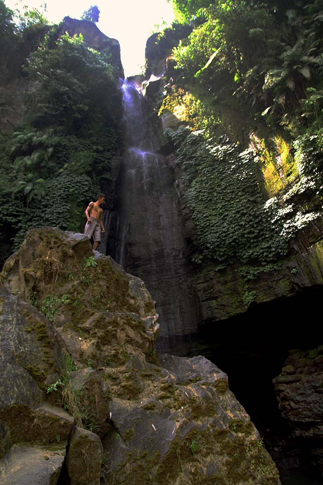 Dengan ketinggian mencapai 75 meter, kita dapat merasakan percikan air yang segar bila berdiri di seberangnya.
